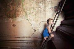 Bambina (turista) in tempiale di Bagan, Birmania. Fotografia Stock