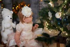 Bambina in un albero di Natale immagine stock libera da diritti