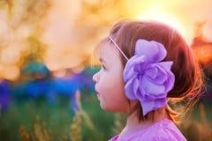 Bambina in un campo fotografia stock libera da diritti