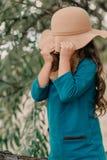 Bambina in un cappello con capelli lunghi Immagini Stock