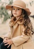 Bambina in un cappello con capelli lunghi Immagine Stock