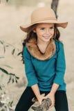 Bambina in un cappello con capelli lunghi Fotografie Stock Libere da Diritti