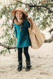 Bambina in un cappello con capelli lunghi Fotografia Stock