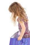 Bambina in un grande sacchetto di acquisto Fotografia Stock