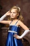 Bambina in un vestito blu elegante Immagine Stock