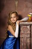 Bambina in un vestito blu elegante Fotografia Stock