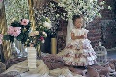 Bambina in un vestito festivo nell'interno immagini stock libere da diritti