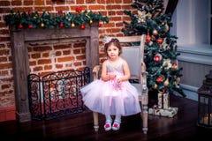 Bambina in un vestito vicino all'albero di Natale Immagini Stock Libere da Diritti