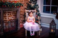 Bambina in un vestito vicino all'albero di Natale Fotografie Stock Libere da Diritti