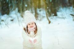 Bambina in una pelliccia bianca nella foresta di inverno immagine stock libera da diritti