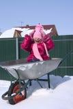 Bambina in una riga della barra di rotella Fotografia Stock