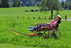 Bambina in vecchio carrello Fotografie Stock Libere da Diritti