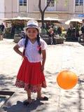 Bambina vestita in rosso ed in bianco, Cuenca Ecuador fotografia stock libera da diritti