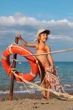 Bambina in vestito di bagno che si leva in piedi sulla spiaggia fotografia stock libera da diritti