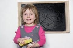 Bambina vicino alla lavagna Fotografia Stock Libera da Diritti