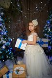 Bambina vicino con i regali di Natale immagine stock libera da diritti