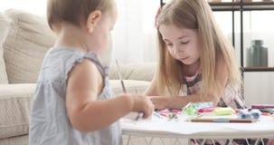 Bambine che disegnano con la matita colorata a casa video d archivio