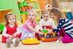 Bambine che giocano con i giocattoli in stanza dei giochi Immagine Stock Libera da Diritti
