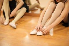 Bambine che mettono le loro scarpe di ballo sopra Fotografia Stock