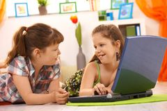 Bambine che per mezzo del calcolatore nel paese Immagini Stock