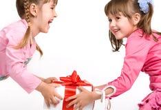 Bambine che tengono i contenitori di regalo immagini stock
