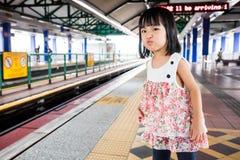 Bambine cinesi asiatiche che aspettano transito rapido leggero Immagini Stock Libere da Diritti