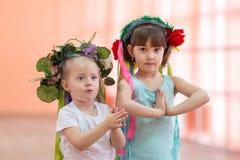 Bambine con i fiori sulle loro teste Fotografia Stock