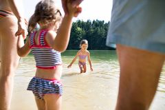 Bambine con il lago Estate piena di sole Immagine Stock Libera da Diritti