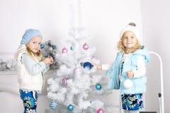 Bambine con l'albero di Cristmas Fotografia Stock