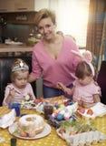 Bambine con la loro mamma Fotografia Stock