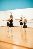 Bambine d'istruzione dell'istruttore di ballo Immagine Stock