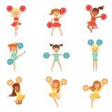 Bambine della scuola primaria nell'incoraggiare uniforme delle ragazze pon pon e nel Cheerleading con i pompon messi del fumetto  royalty illustrazione gratis