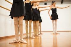 Bambine ed insegnante in una scuola di ballo Fotografie Stock