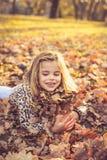 Bambine felici sulle foglie cadute immagini stock libere da diritti