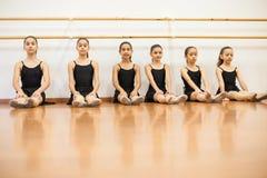 Bambine sveglie pronte per la loro classe di ballo fotografia stock
