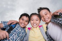 Bambini abbraccianti allegri Immagini Stock Libere da Diritti