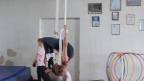 Bambini acrobatici di addestramento archivi video
