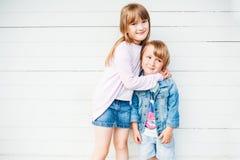 Bambini adorabili all'aperto un giorno piacevole Fotografia Stock