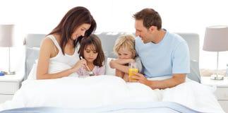 Bambini adorabili che mangiano prima colazione sulla base fotografie stock