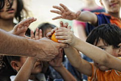 Bambini affamati nell'accampamento di rifugiato, fotografia stock libera da diritti