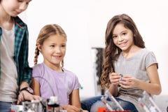 Bambini affascinanti che godono dell'esperimento di scienza alla scuola Fotografia Stock