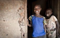 Bambini africani all'entrata del Th al ` di Banda della capanna o del ` del fango della famiglia Immagini Stock Libere da Diritti