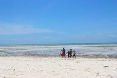 Bambini africani che camminano sulla spiaggia Immagini Stock Libere da Diritti