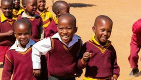 Bambini africani della scuola primaria sul loro intervallo di pranzo fotografie stock libere da diritti