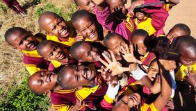 Bambini africani della scuola primaria sul loro intervallo di pranzo immagini stock libere da diritti