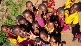 Bambini africani della scuola primaria sul loro intervallo di pranzo fotografia stock