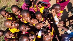 Bambini africani della scuola primaria sul loro intervallo di pranzo fotografie stock