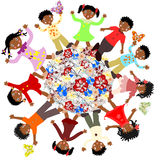 Bambini africani felici intorno ai fiori del mondo Fotografia Stock Libera da Diritti