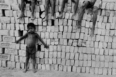 Bambini al Brickfield in India Immagine Stock