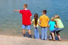 Bambini al puntello del lago Fotografie Stock